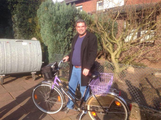 Khalil freut sich über sein Fahrrad.