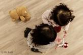Kinder mit Fahrzeug und Teddy